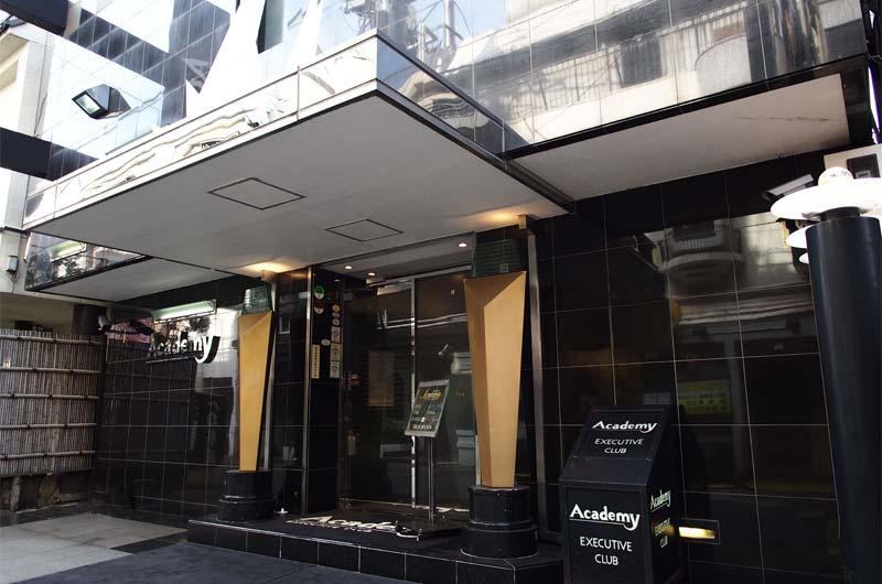 吉原高級ソープランド アカデミーの店舗外観。黒を基調とした高級感あるアーバンモダン